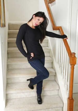 Latina in Jeans Pictures